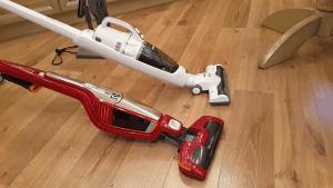 Un aspirateur balai 2 en 1 blanc et un aspirateur balai rouge classique