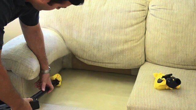 nettoyage a la vapeur d'un canapé infesté de punaise de lits